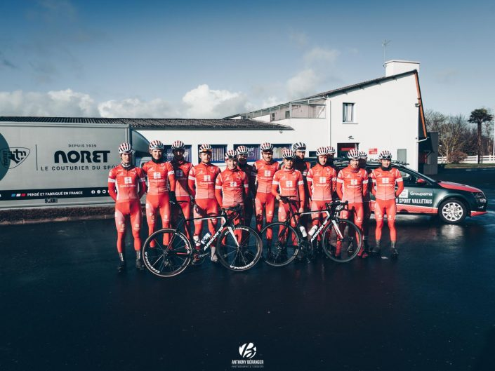 Le Vélo Sport Valletais devant l'entreprise Noret